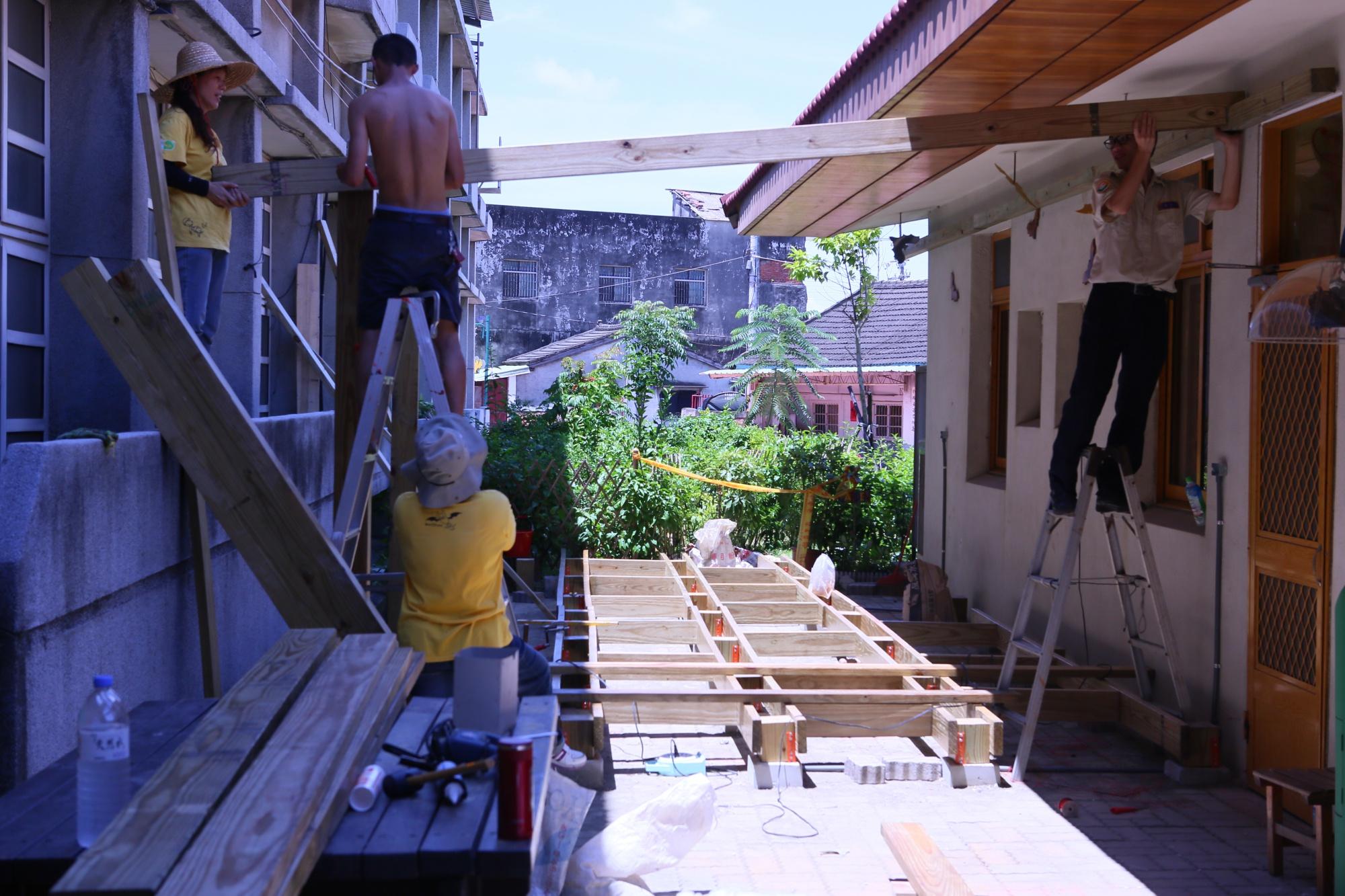 台灣永續聯盟人員正在興建DIY教室