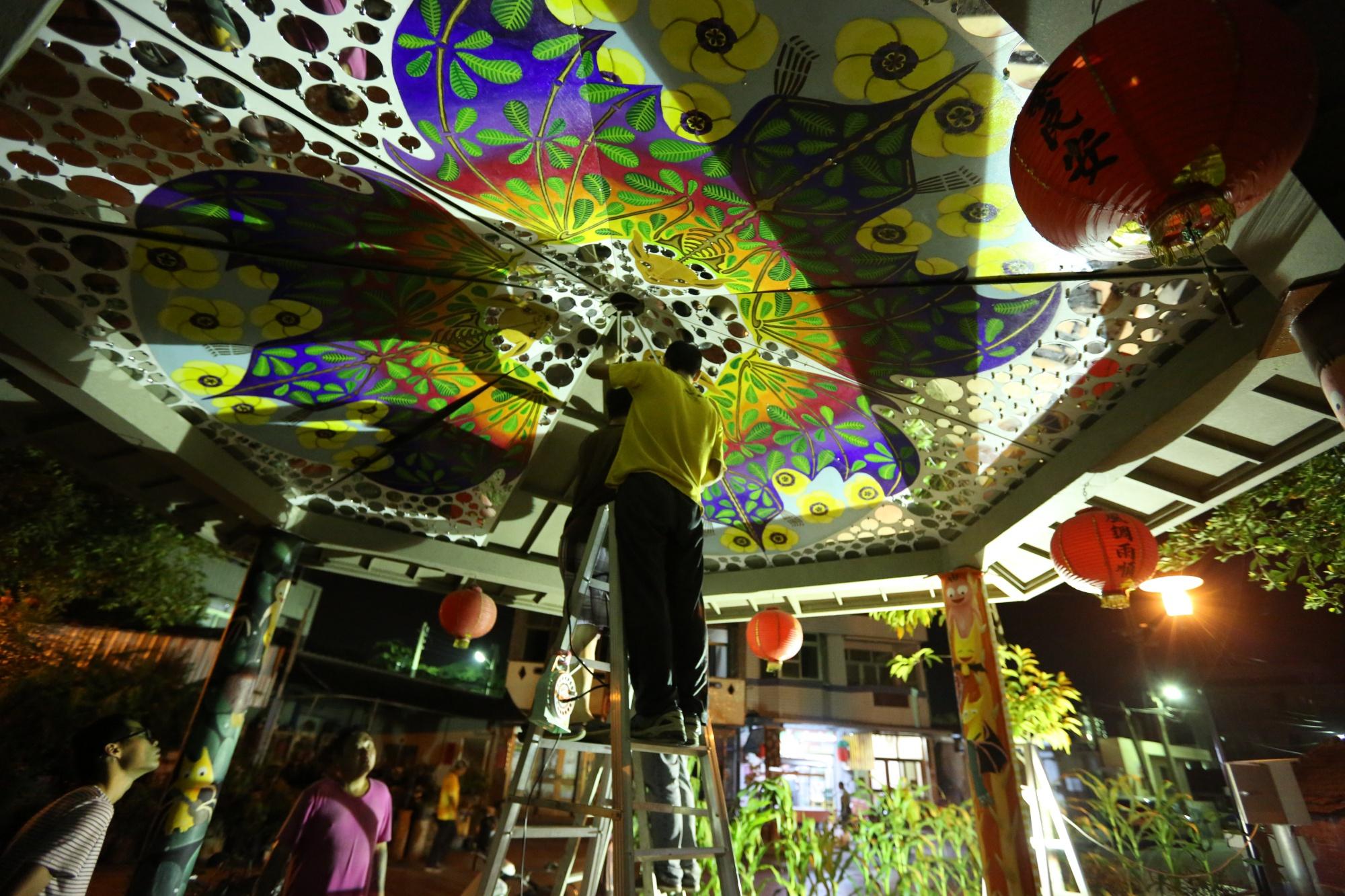 台灣永續聯盟人員正在裝設裝置藝術