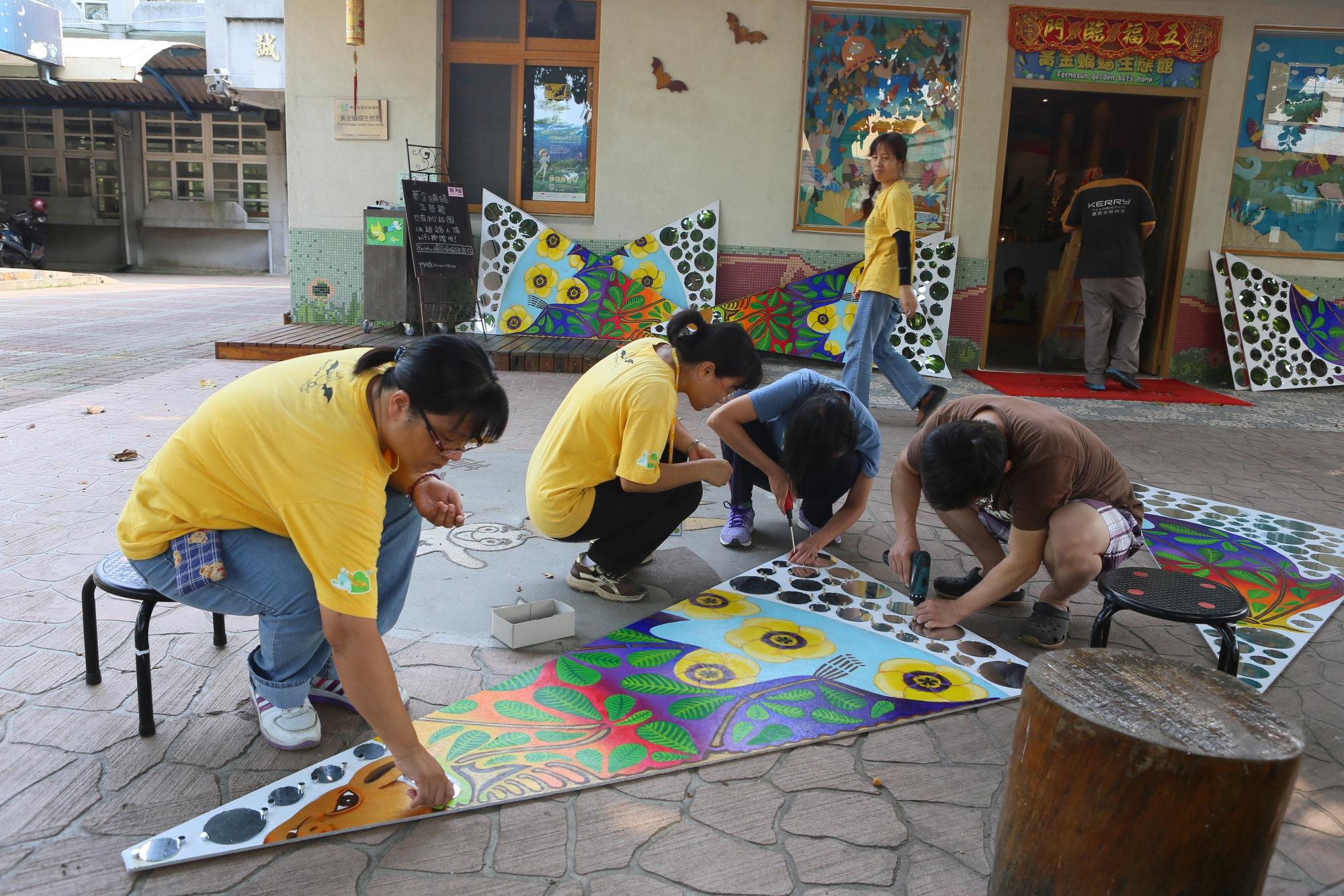 台灣永續聯盟人員正在製作裝置藝術