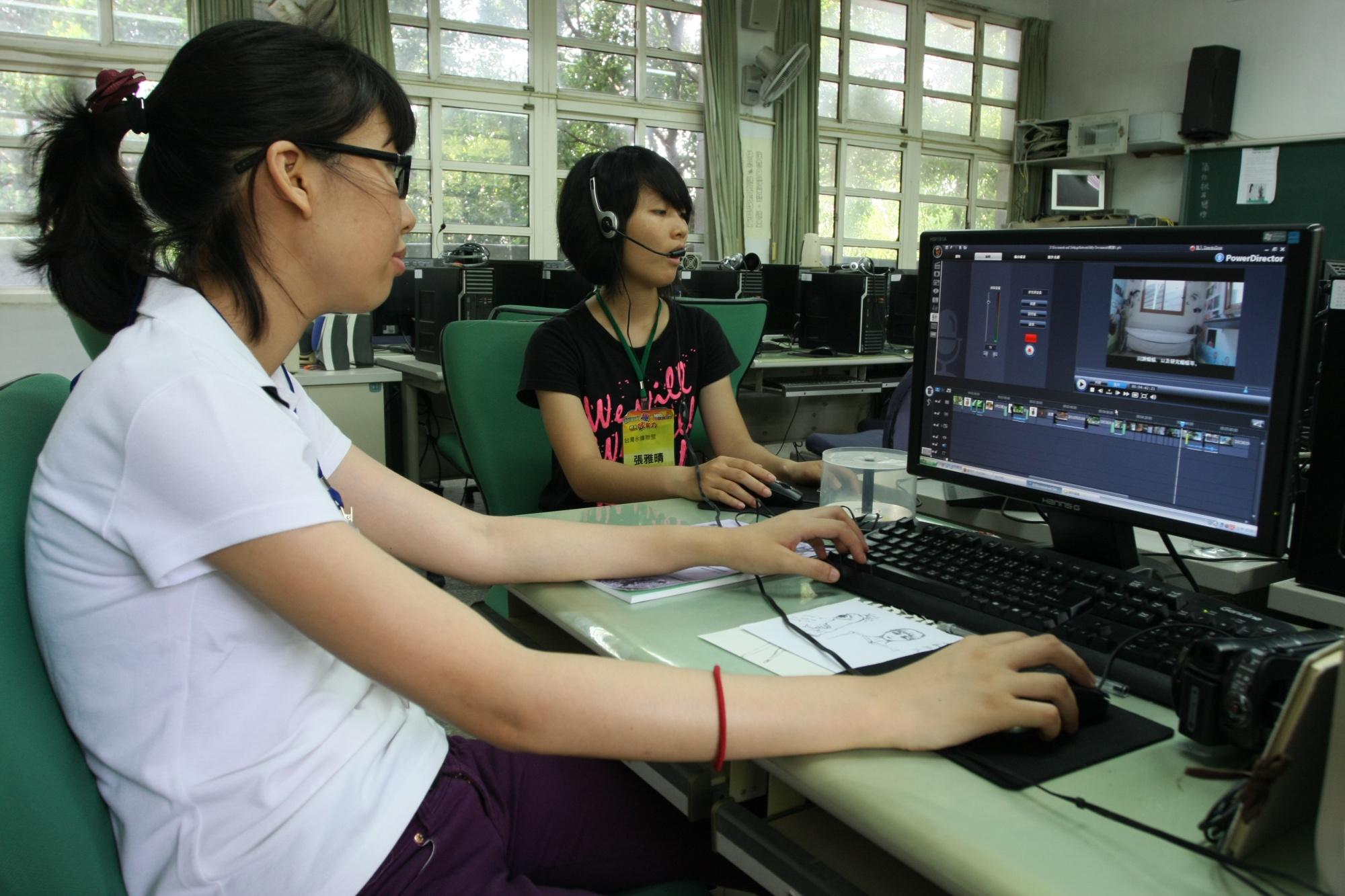 台灣永續聯盟專員正在製作導覽片